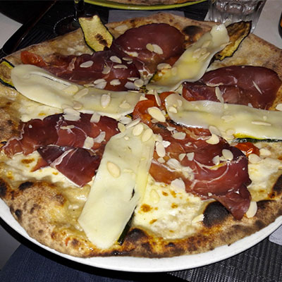 pizza in tredicisette restaurant